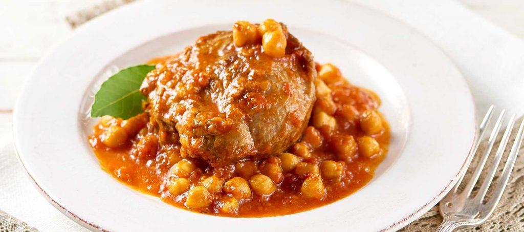 Bresert svinebog med kikerter og tomat
