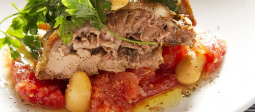 Tender leg of lambs with tomatoes, parsley and beans
