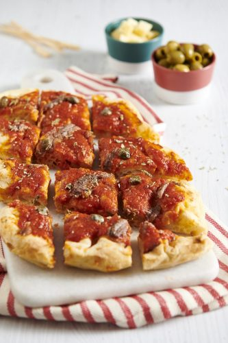 Pinsa con salsa pizzutello, capperi e acciughe